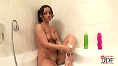 Oh Maya goodness, it's a hot and steamy solo show in the bathtub