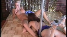 Ducky babe Tabitha entertains the soaked kitty of her blonde partner